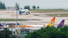Airbus 320, der an Phuket-Flughafen mit einem Taxi fährt stock footage