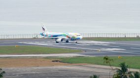 Airbus 320, der an Phuket-Flughafen mit einem Taxi fährt stock video footage