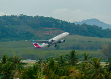 Airbus 330, der von Phuket sich entfernt Lizenzfreie Stockbilder
