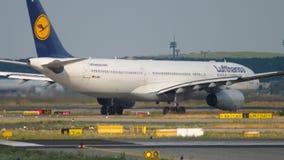 Airbus A330, der vor Abfahrt mit einem Taxi fährt stock video footage