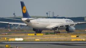Airbus A330, der vor Abfahrt mit einem Taxi fährt stock footage