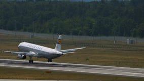 Airbus A320 des lignes aériennes de Lufthansa avec la rétro livrée banque de vidéos
