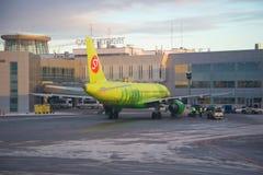 Airbus A320 des lignes aériennes de S7 Sibérie au crépuscule d'aéroport de Pulkovo en janvier St Petersburg Image stock