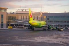 Airbus A320 des lignes aériennes de S7 Sibérie au service à l'aéroport de Pulkovo le soir de janvier Photographie stock