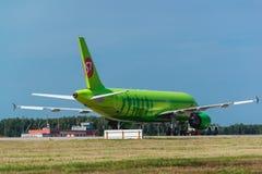 Airbus des 319 S7 Airlines au tablier d'aéroport Image libre de droits