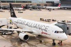 Airbus A320 di Star Alliance all'aeroporto di Zurigo Immagine Stock