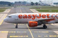 Airbus A 320 - 214 do easyJet no aeroporto Imagem de Stock Royalty Free