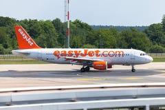 Airbus A 320 - 214 do easyJet no aeroporto Fotos de Stock