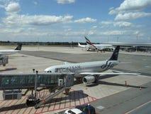 Airbus 737 do Skyteam e Airbus A380 do airlin dos emirados Foto de Stock