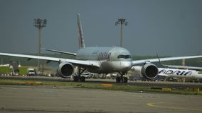 Airbus A350 du roulement sur le sol de Qatar Airways clips vidéos
