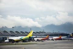 Airbus e o plano no tempo de espera da estação da pista de decolagem para decolam em Hong Kong International Airport foto de stock