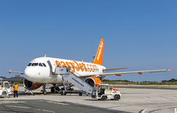 Airbus A319-111 EasyJet dans l'aéroport de Bordeaux-Merignac photos libres de droits