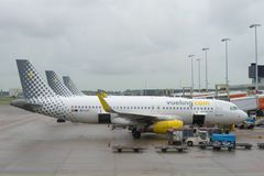 Airbus A320-232 EC-LVT Vueling Airlines no aeroporto de Schiphol, Amsterdão Fotos de Stock Royalty Free