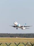 Airbus A321-231 Egyptair vole Photographie stock libre de droits