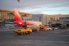 Airbus A319-112 EI-EZC της αερογραμμής ` Rossiya - ρωσικές αερογραμμές ` στον αερολιμένα Pulkovo Να προετοιμαστεί για την αναχώρη Στοκ εικόνα με δικαίωμα ελεύθερης χρήσης