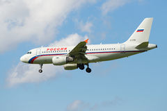 Airbus A319-112 EI-EZD της αερογραμμής Ρωσία πρίν προσγειώνεται στον αερολιμένα Pulkovo Σχεδιάγραμμα άποψης Στοκ εικόνα με δικαίωμα ελεύθερης χρήσης