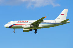 Airbus A319-112 EI-EZD da aterrissagem do ` de Rússia do ` da linha aérea no aeroporto de Pulkovo Perfil da vista Foto de Stock Royalty Free