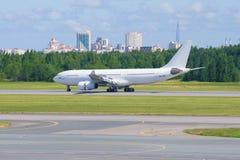 Airbus A330 EI-FSF della linea aerea della Io-mosca dopo l'atterraggio nell'aeroporto di Pulkovo Fotografia Stock Libera da Diritti