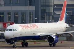 Airbus A321 EI-VKO des lignes aériennes de Transaero roulant au sol à l'aéroport international de Vnukovo Image libre de droits