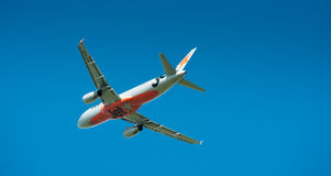 Airbus A320 em voo Fotos de Stock Royalty Free