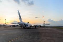 Airbus A380 en el aeropuerto Imagen de archivo libre de regalías