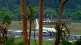 Airbus 320 en el aeropuerto de Phuket almacen de metraje de vídeo