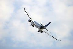 Airbus A350 en el salón aeroespacial internacional de MAKS en el vuelo Imágenes de archivo libres de regalías