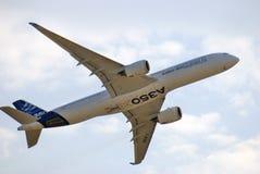 Airbus A350 en el salón aeroespacial internacional de MAKS en el vuelo Imagenes de archivo