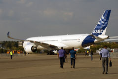 Airbus A350 en el salón aeroespacial internacional de MAKS en el vuelo Imagen de archivo libre de regalías