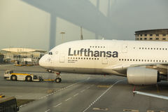 Airbus A380 en la flota de Lufthansa en el aeropuerto de Hong Kong Foto de archivo libre de regalías