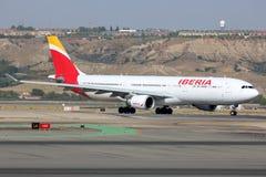 Airbus A330-200 en la nueva librea de la línea aérea de Iberia que lleva en taxi en el aeropuerto de Madrid Barajas Adolfo Suarez Fotos de archivo