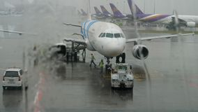 Airbus 320 en servicio en el aeropuerto de Suvarnabhumi metrajes