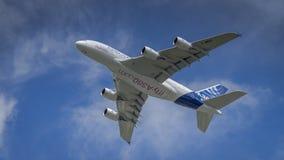 Airbus A380 en vuelo Imagenes de archivo