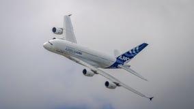 Airbus A380 en vuelo Imágenes de archivo libres de regalías