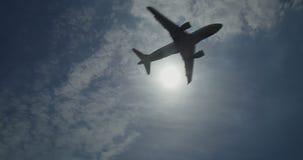 Airbus A320 en vuelo contra el sol almacen de metraje de vídeo