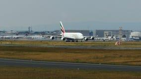 Airbus A380 está rodando abajo la pista de rodaje metrajes
