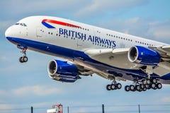 Airbus A380 está sacando del aeropuerto de Heathrow Fotografía de archivo