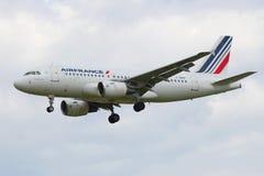 Airbus A319-111 (F-GRXF) da linha aérea de Air France no céu antes de aterrar no aeroporto de Pulkovo Imagem de Stock