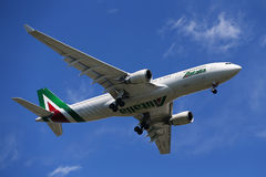 Airbus Finair A330 που κατεβαίνει για την προσγείωση στο διεθνή αερολιμένα JFK στη Νέα Υόρκη Στοκ φωτογραφίες με δικαίωμα ελεύθερης χρήσης