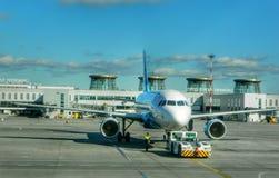 Airbus-Flugzeugflughafen saintpeterburg Luftfahrt Lizenzfreie Stockfotos