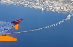 Airbus A320 a fonctionné par des vols d'EasyJet au-dessus de Lisbonne Photographie stock libre de droits