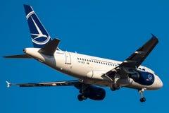 Airbus A318-111 funktionierte durch Tarom-Landung lizenzfreies stockfoto