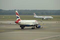 Airbus A319-131 G-EUOI de ligne aérienne de British Airways s'attend à la commande pour le décollage Aéroport de Malpensa Images libres de droits