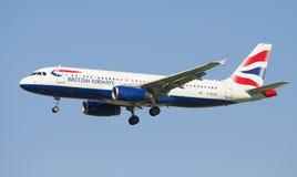 Airbus A320 (G-EUUR) mit British Airways vor der Landung in Pulkovo-Flughafen Lizenzfreie Stockfotografie