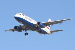 Airbus A320-232 G-EUYM British Airways em um fundo do céu azul Imagem de Stock Royalty Free