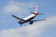 Airbus A320-232 G-EUYM British Airways vuela en un cielo nublado Fotografía de archivo