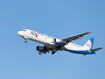 Airbus grande A321 Ural Airlines migra Fotos de Stock