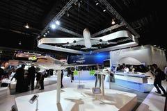 Airbus-Gruppenstand, der verschiedene Flugzeuge wie A380, A320 Neo und A330 in Singapur Airshow zur Schau stellt Stockbild