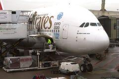 Airbus A 380 lädt Fracht an Schiphol-Flughafen, NL Lizenzfreie Stockfotos