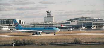 Airbus A330-223 - lignes de NC 1393-HL8276 Korean Air Photos stock